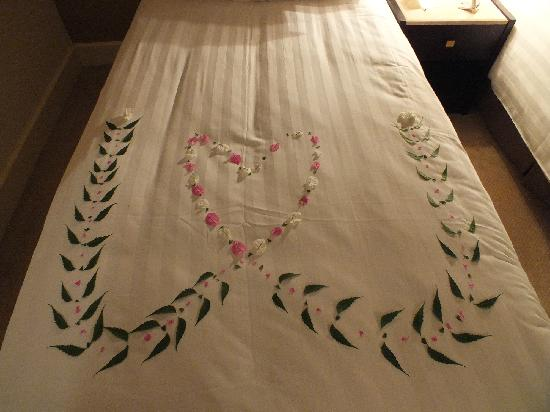 Pavillon Winter Luxor: Floral art on the bed