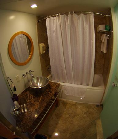 Guam Plaza Hotel: Bathroom