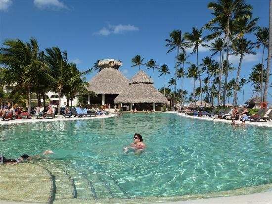 Now Larimar Punta Cana: Tortuga swim up bar was a lot of fun.
