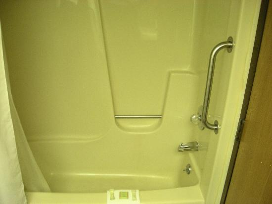 Super 8 Stevensville: Standard Bathtub
