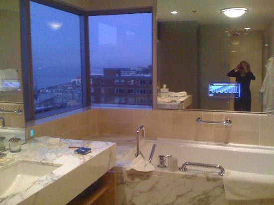 Four Seasons Hotel Seattle : Luxurious bathroom