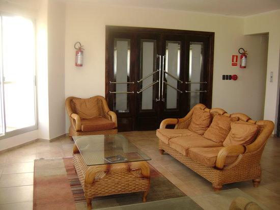 Hotel Bakari: Saloncito delante del comedor.