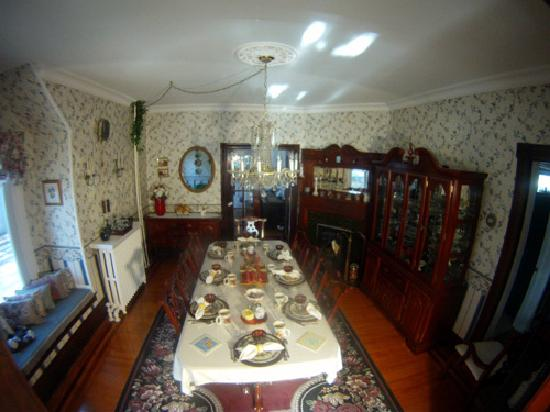 Blue Gables Bed & Breakfast: Dining Room