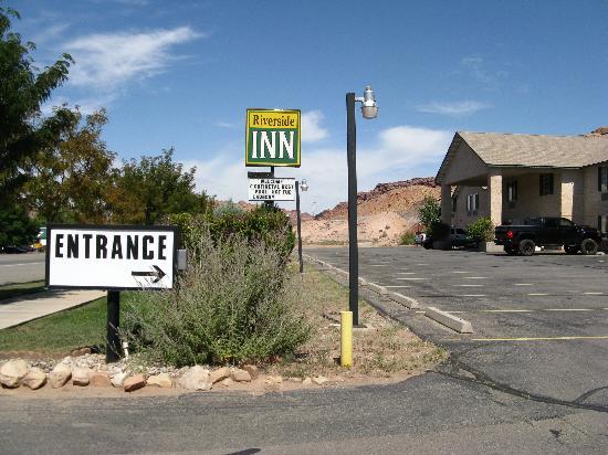Riverside Inn: Hotel von der Straße aus gesehen