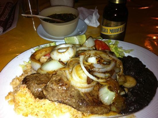 Restaurant Las Tinajas: hígado encebollado con una negra modelo