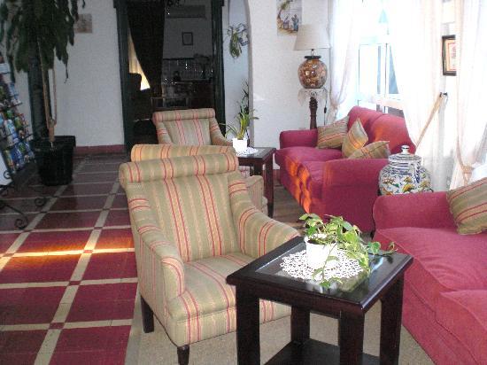 Hotel Los Olivos: The lobby