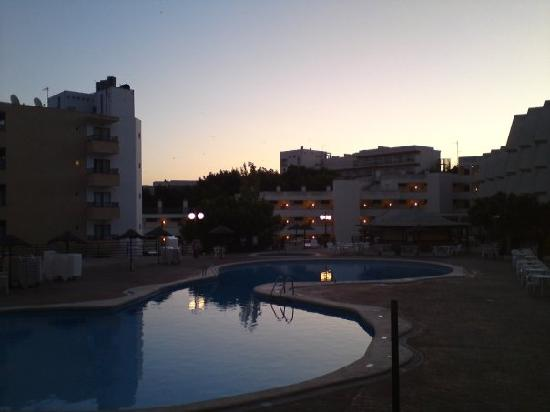 TRH Magaluf: The pool area at dawn