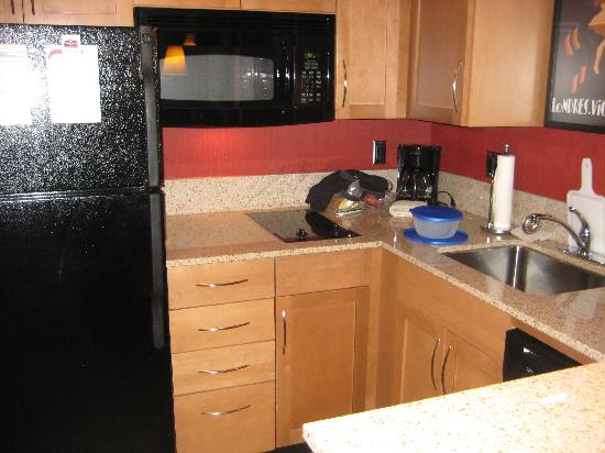 Residence Inn Kingston Water's Edge: Very well equipped kitchen
