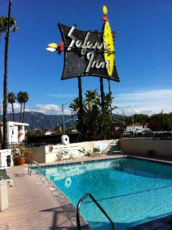 Safari Inn : The cool sign