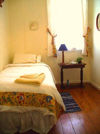 The Old Post Office Guest House: The creamy yellow single bedroom