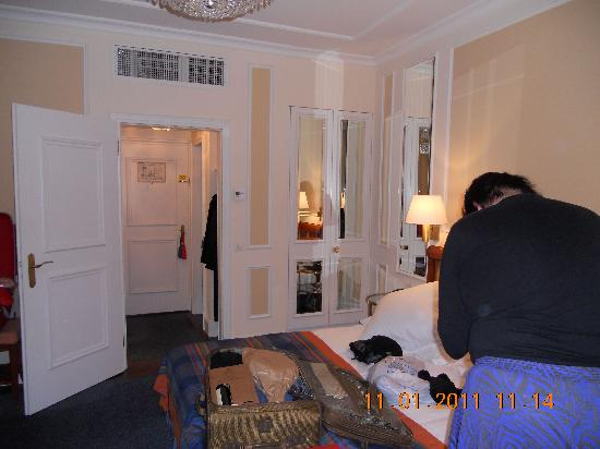 Hotel Schweizerhof Zurich: Bedroom with mirrored-wardrobe and hallway to bath