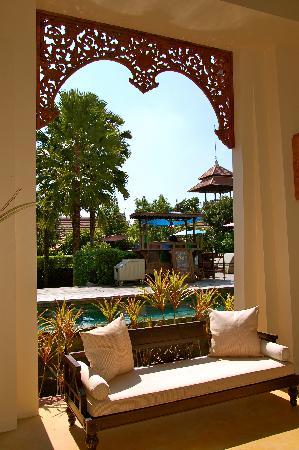 Siripanna Villa Resort & Spa: Walking from Lobby to Pool