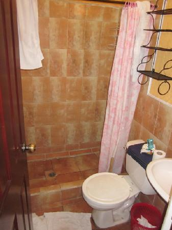 Casa San Bartolome: Bathrooms were tiled and had plenty of hot water