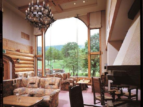 Hotel Grand Phenix Okushiga: 高さ6mの大窓にラウンジに広がる自然