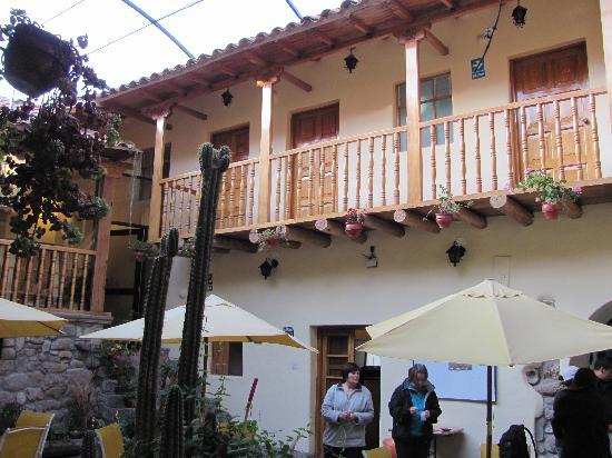 Apu Huascaran Hostal: Patio inside the hotel