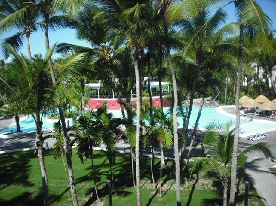 Hotel Riu Naiboa: vue de notre balcon,piscine et en haut en rouge le bar de la piscine