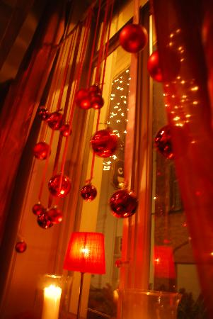 Hotel Cordoeanier: Christmas Decorations in the window of Cafe Red Rose