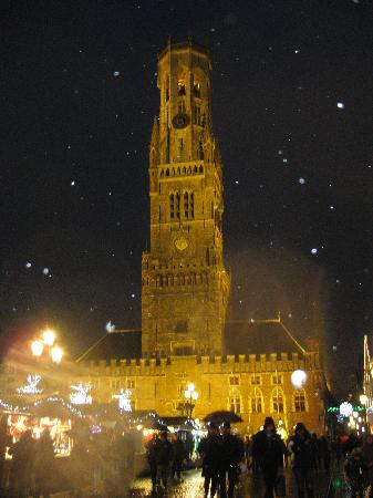 Hotel Cordoeanier: Christmas Market and Bell tower in the snow