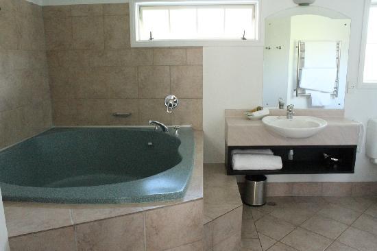 Silver Fern Rotorua - Accommodation and Spa: Spa tub