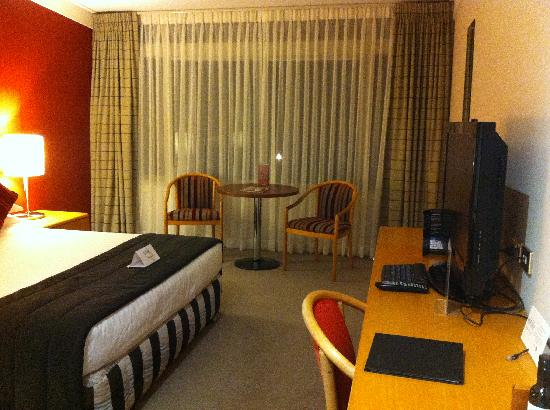 Waipuna Hotel & Conference Centre: Queen Bed, TV and Desk