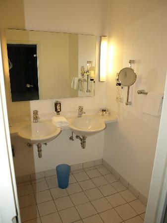 Hotel Am Triller: Salle de bain, partie lavabos