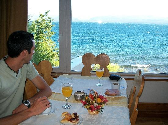 Hotel Huemul: Desayuno bufet con la vista del lago