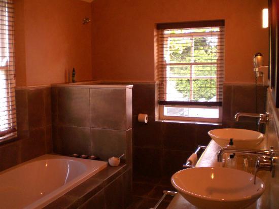Plumwood Inn: Bathroom