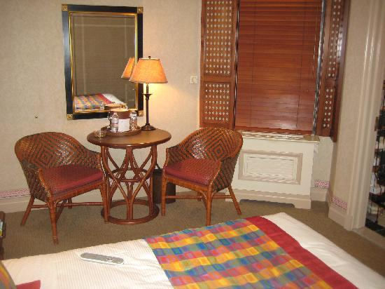 Casablanca Hotel by Library Hotel Collection: Sitting area in room 606