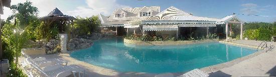 Hostellerie des Chateaux: vue de face-piscine et restaurant
