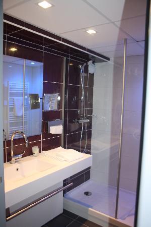 Hotel Le Quercy : HOTEL BRIVE SALLE DE BAIN