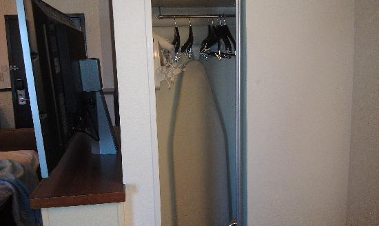 Hyatt Place Dallas-North: Small Closet