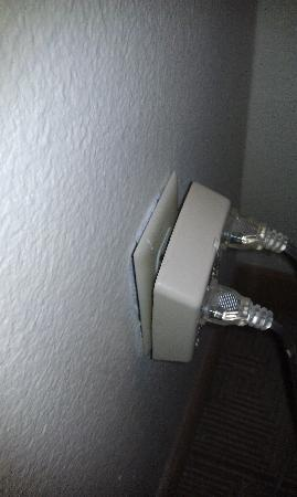 Hyatt Place Dallas-North: Electrical Outlet Falling Out