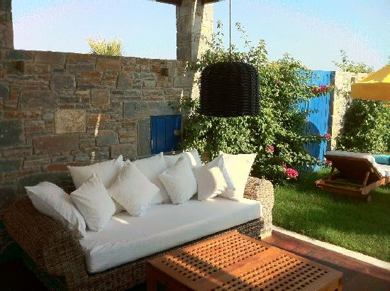 Porto Zante Villas & Spa: outdoor couch next to the garden