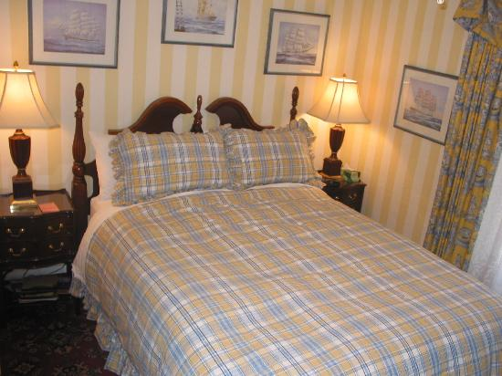 Calgary Westways Guest House: Aberhart Room - Small room with Queen Bed