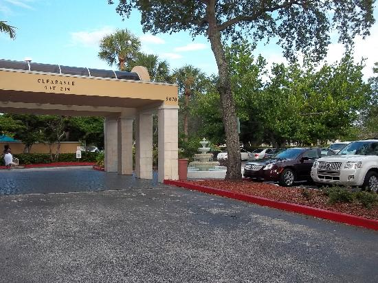 La Quinta Inn & Suites Fort Lauderdale Tamarac: The front driveway and pull up