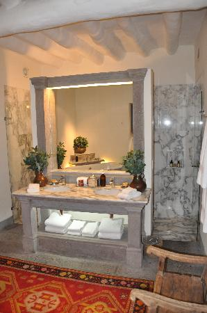 Inkaterra La Casona Relais & Chateaux: part of the bathroom not including the tub