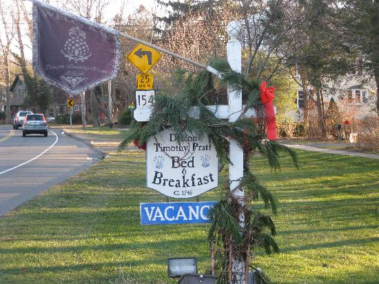 Deacon Timothy Pratt Bed and Breakfast: Pic of front of house- B&B sign-