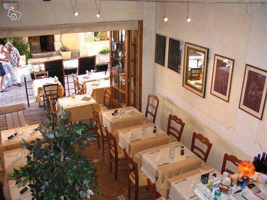 La Garde-Freinet, France : salle du restaurant