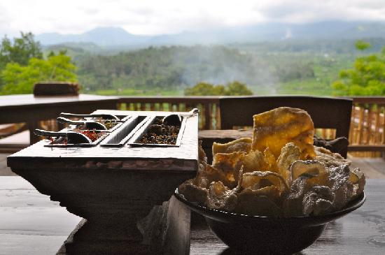 Bali Asli Restaurant: Crackers & sambals...& a view