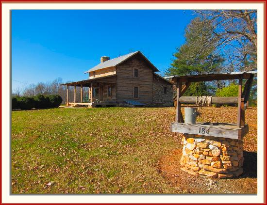 Stony Knoll Vineyards: A log cabin that is up for rent near the vineyard