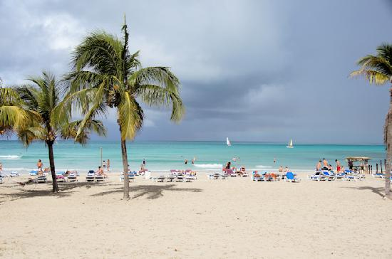 Paradisus Varadero Resort & Spa: The beach in main area of resort.  Lots of space and no fighting for lounge chairs!