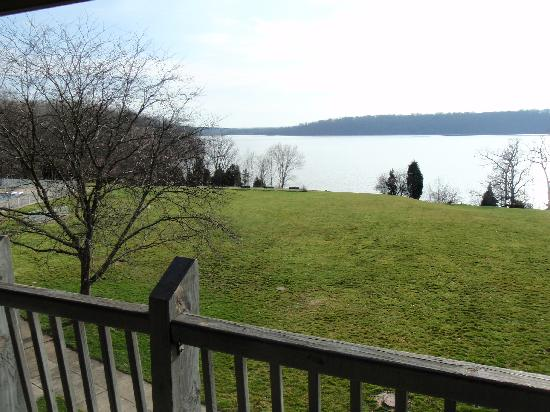 Hueston Woods Lodge and Conference Center: Balcony overlooking the lake