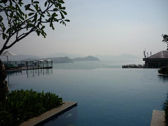 Royal Garden Resort: Infinity pool in the VIP building