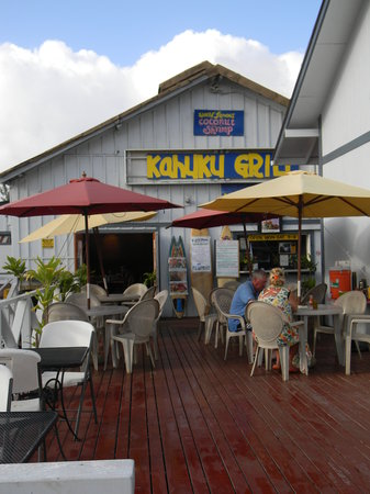 Kahuku Grill: The view from the road/walking up to the restaurant
