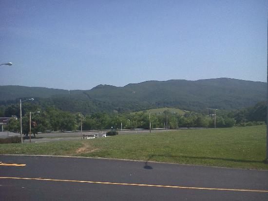 La Quinta Inn & Suites Wytheville : View of mountains from front lot of La Quinta Wytheville