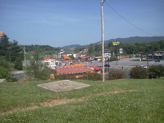 La Quinta Inn & Suites Wytheville: Another view from front lot of La Quinta Wytheville