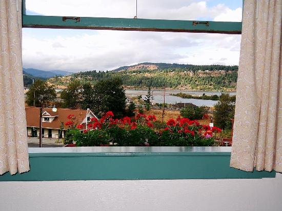 Hood River Hotel: View of River from LIving room