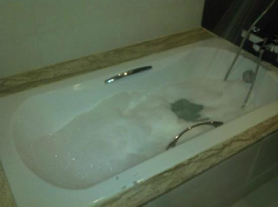 Aree Tara Resort: bath tub