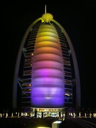 Sahn Eddar: Burj al Arab in the evening... AWESOME!