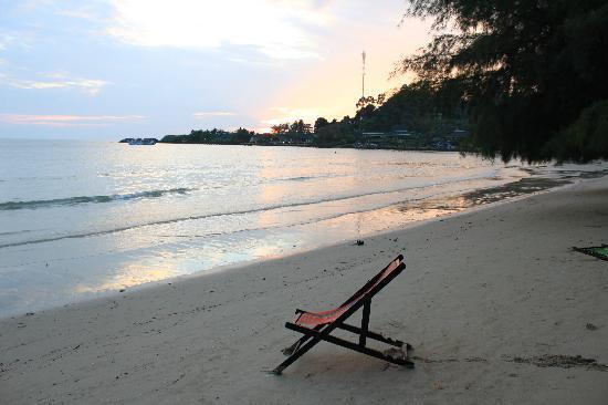 Chang Park Resort & Spa: Sonnenuntergang am Strand vor Koh Chang Paradise Resort